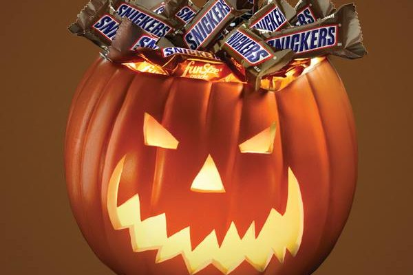Snickers offers 1 million free candy bars in favor of petition to move the date of Halloween